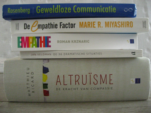 stapel boeken over empathie