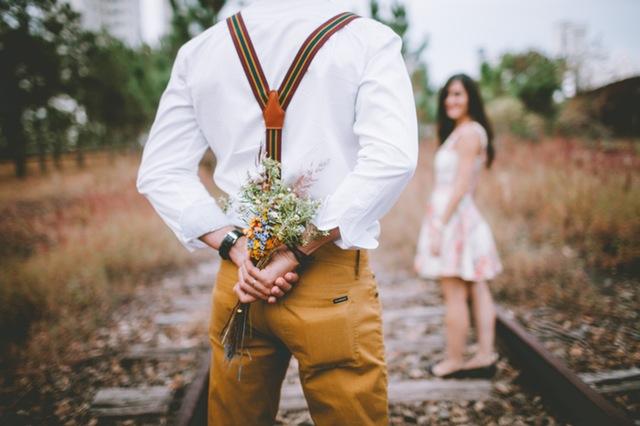 bloemen achter rug man