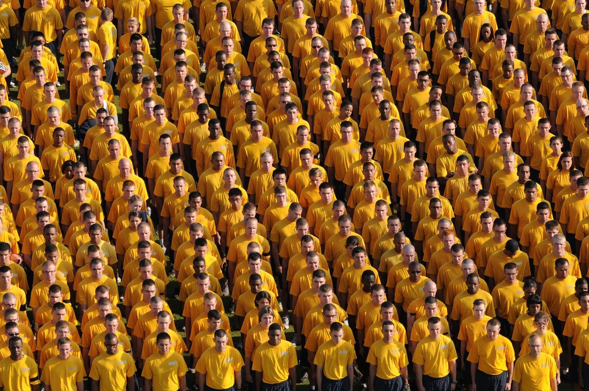 mannen in rijen in geel
